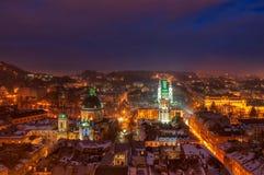 Powietrzny panoramiczny widok dziejowy centrum miasta przy nocą, Lviv, Ukraina Unesco Światowego Dziedzictwa Miejsce zdjęcia stock