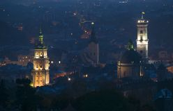 Powietrzny panoramiczny widok dziejowy centrum miasta przy noc?, Lviv, Ukraina Unesco ?wiatowego Dziedzictwa Miejsce obrazy royalty free