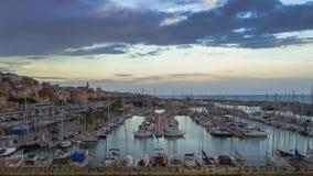 Powietrzny panoramiczny widok na cumować żaglówkach w Marina jachtu klubu porcie Montgat przy zmierzchem z dramatycznym chmurnym  obraz stock