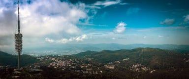 Powietrzny panoramiczny widok na telekomunikaci wierza i Barcelona miasteczko od Tibidabo wspinamy się, Hiszpania Obraz Royalty Free