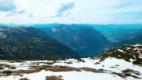 Powietrzny panoramiczny widok paragliders lata od śnieżnych gór w Austria zdjęcie wideo