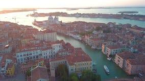 Powietrzny panoramiczny widok pejzaż miejski Wenecja, Grand Canal w sławnym dziejowym «mieście woda «, jasny niebieskie niebo zdjęcie wideo