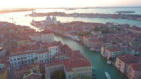 Powietrzny panoramiczny widok pejzaż miejski Wenecja, Grand Canal w sławnym dziejowym «mieście woda «, jasny niebieskie niebo zbiory wideo