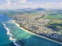 Powietrzny panoramiczny widok plaży linia Mauritius i krajobraz Fotografia Stock