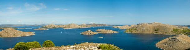 Powietrzny panoramiczny widok wyspy w Chorwacja z wiele żeglowanie jachtami pośrodku, Kornati parka narodowego krajobraz w Śródzi obraz stock