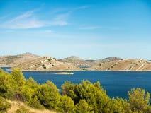 Powietrzny panoramiczny widok wyspy w Chorwacja z wiele żeglowanie jachtami pośrodku, Kornati parka narodowego krajobraz w Śródzi Zdjęcie Stock