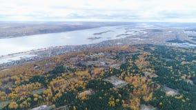 Powietrzny panoramy drewno z notującym miastem przy jeziorem i haliznami zbiory wideo