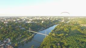 Powietrzny paraplane zrozumienia szybowiec w powietrzu nad rzeki miasta jar zbiory wideo