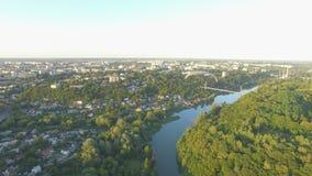 Powietrzny paraplane zrozumienia szybowiec w powietrzu nad rzeki miasta jar zdjęcie wideo