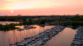 Powietrzny pełny HD wideo jachtu klubu marina podczas zmierzch godziny zbiory