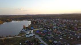 Powietrzny pejzaż miejski linii horyzontu widok wioski miasteczka, kościelnej i pięknej rzeczna zatoka podczas dnia, Piękny pejza Fotografia Royalty Free