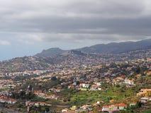 Powietrzny pejzażu miejskiego widok obrzeża Funchal w maderze z gospodarstwami rolnymi i domami z górami i chmurnym niebem w odle obrazy stock