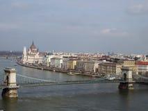 Powietrzny pejzażu miejskiego widok pokazuje historycznych budynków wzdłuż rzecznego Danube i parlamentu Budapest zdjęcia royalty free