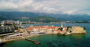 Powietrzny piękny panoramiczny widok przy starym miasteczkiem w Budva zdjęcie wideo