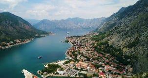 Powietrzny piękny widok Kotor zatoka Statek wycieczkowy dokujący w pięknym letnim dniu zdjęcie wideo
