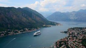 Powietrzny piękny widok Kotor zatoka Statek wycieczkowy dokujący w pięknym letnim dniu Timelapse zbiory wideo