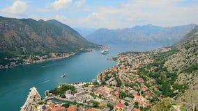 Powietrzny piękny widok Kotor zatoka Statek wycieczkowy dokujący w pięknym letnim dniu Timelapse zdjęcie wideo