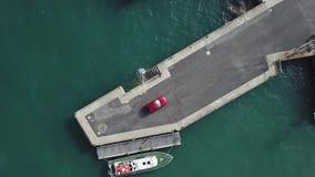 Powietrzny podąża samochodowy odgórny widok samochód jest na molu otaczającym jachtami zbiory