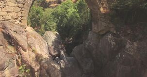 Powietrzny podróżowanie z skałami i mostem zbiory