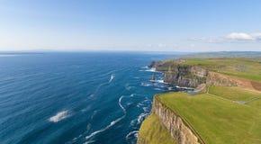 Powietrzny ptaka oka widok od światowych sławnych falez moher w okręgu administracyjnym Clare Ireland piękny irlandzki sceniczny  zdjęcie stock