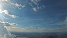 Powietrzny Samolotowy samolotu widok, Ląduje samolot w Lotniskowym Latającym samolotu cieniu na pasie startowym, lot w chmurach, zbiory