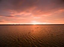 Powietrzny scenics widok pomarańczowy zmierzch nad jeziorem Fotografia Royalty Free