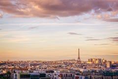 Powietrzny sceniczny widok Paryż z wieżą eifla przy zmierzchem, Montmartre w tle, Francja miasta podróży pojęcie Zdjęcia Stock