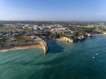 Powietrzny skalisty sławny seascape przylądek i Senhora da Rocha kościół Algarve Fotografia Stock