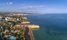 Powietrzny skalisty sławny seascape przylądek i Senhora da Rocha kościół Algarve Obrazy Royalty Free