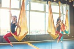 Powietrzny spoważnienia joga klasowy używa hamak Zdjęcie Stock