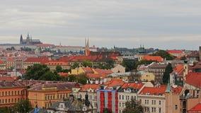 Powietrzny timelapse widok stara grodzka architektura z czerwień dachami w Praga, republika czech St Vitus katedra wewnątrz zbiory wideo