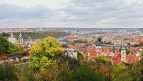 Powietrzny timelapse widok stara grodzka architektura z czerwień dachami w Praga, republika czech St Vitus katedra wewnątrz zbiory