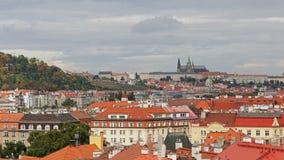 Powietrzny timelapse widok stara grodzka architektura z czerwień dachami w Praga, republika czech St Vitus katedra wewnątrz zdjęcie wideo