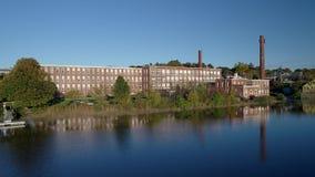 Powietrzny truteń - Lata Nad lustro Gładką rzeką W kierunku Starej Tekstylnej fabryki w Exeter, New Hampshire 4K zbiory wideo