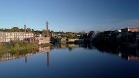 Powietrzny truteń - Lata Nad Lustrzanym jeziorem Stara Tekstylna fabryka w Exeter, New Hampshire 4K zdjęcie wideo