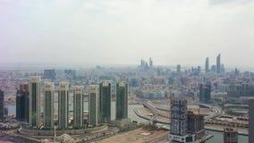 Powietrzny truteń strzelał Abu Dhabi miasta linia horyzontu i sławni drapacz chmur zbiory wideo