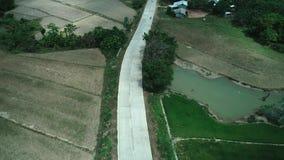 Powietrzny truteń strzelał betonowa droga w małej uprawia ziemię społeczności powietrzny wsi drogi widok Filipiny, El Nido zbiory