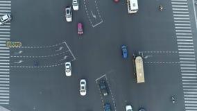 Powietrzny truteń wiruje strzał rozdroże w mieście, samochodach i autobusach, jedzie aleją g?r sim zmierzchu miasteczko ural zdjęcie wideo