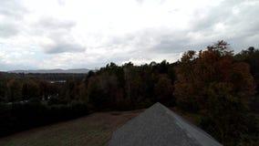 Powietrzny truteń - Wzrasta W górę stopy Stara stajnia Od Wystawiać Wibrujących Barwionych drzewa w spadku w Vermont 4K zbiory