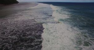 Powietrzny trutnia 4k materiał filmowy ocean fala łama przed brzeg bali Indonesia zbiory wideo
