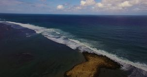Powietrzny trutnia 4k materiał filmowy ocean fala łama przed brzeg bali Indonesia zbiory