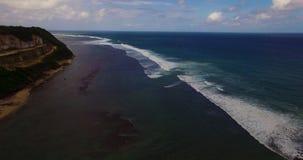 Powietrzny trutnia 4k materiał filmowy ocean fala łama przed brzeg bali Indonesia zdjęcie wideo