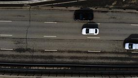 Powietrzny trutnia lot nad drogowym ruchem drogowym Czasu upływ autostrada w mieście zbiory wideo