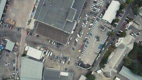Powietrzny trutnia lota materiał filmowy: Widok parking z samochodami zbiory wideo