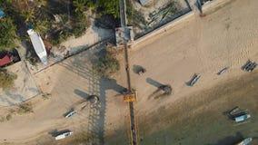 Powietrzny trutnia materiał filmowy łączy Nusa Lembongan z Ceningan w Bali koloru żółtego most, Indonezja zdjęcie wideo