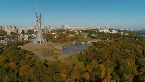 Powietrzny trutnia materiał filmowy Kraju ojczystego pomnik w Kyiv przy jesienią zbiory