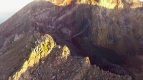 Powietrzny trutnia materiał filmowy na góry Agung szczycie, Bali wyspa, Indonezja zdjęcie wideo