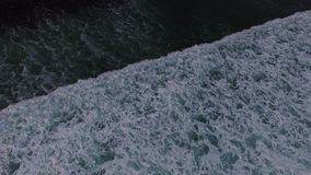 Powietrzny trutnia materiał filmowy ocean fala łama przed brzeg na zmierzchu bali Indonesia zbiory