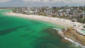 Powietrzny trutnia materiał filmowy ocean fale na ruchliwie królewiątka wyrzucać na brzeg, Caloundra, Australia zdjęcie wideo