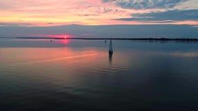 Powietrzny trutnia materiał filmowy pokojowa scena z jachtem pływa statkiem przy spokój wodą przy półmrokiem zdjęcie wideo